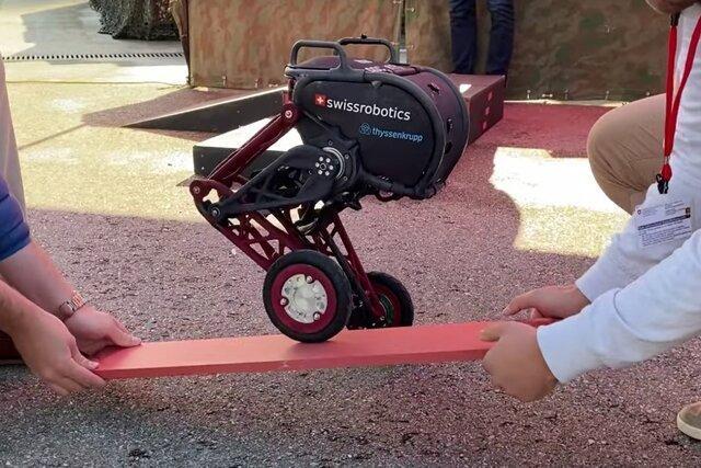 روبات دوپایی که تعادلش را حفظ می نماید